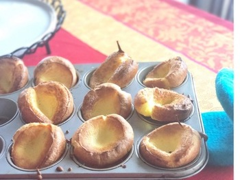 小さなダッチベイビーは食べやすくて可愛らしいですよ。マフィン型などに入れて焼いてみましょう。ひとつずつ違う具材をトッピングするのもにぎやかで楽しそう♪