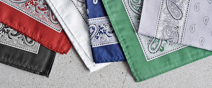 沢山の色と柄があるバンダナとスカーフは、それぞれの個性が楽しいアイテム。コーディネートの脇役として、首元に巻いたりバッグにアクセサリーとして付けるのも素敵ですが、今年の夏はぜひヘアアレンジの主役として活用してはいかがでしょうか。