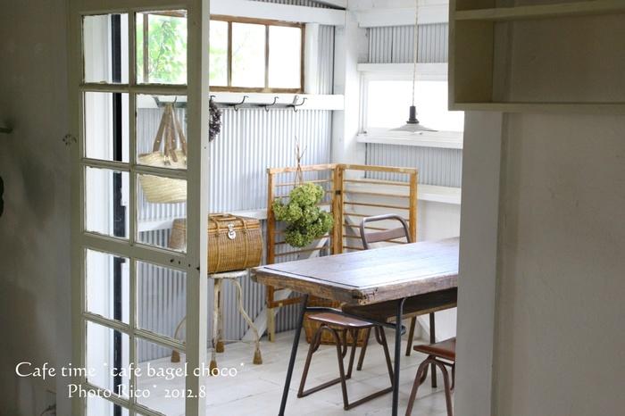 テーブルにも、照明にもこだわったカフェスペース。 お客様が来たときにちょっとゆっくりお話できるスペースがあるといいですね。