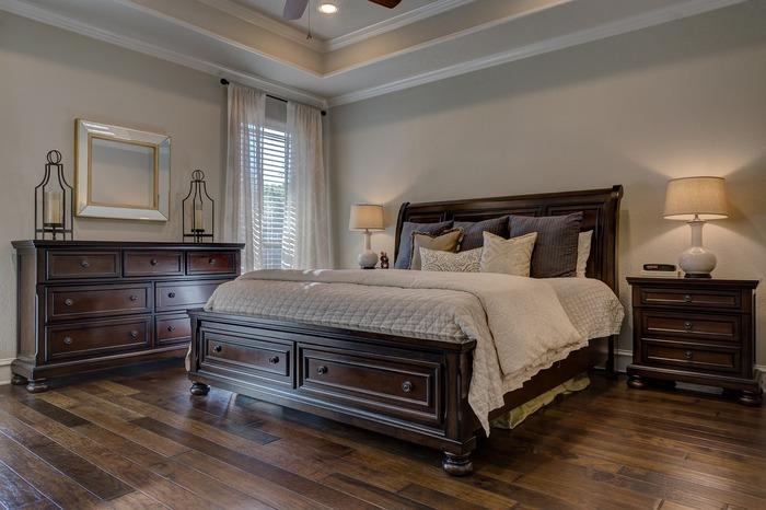 モダンでありながら、どこか田舎の温かさを感じさせます。木目調の家具が落ち着いた雰囲気のベッドルームです。