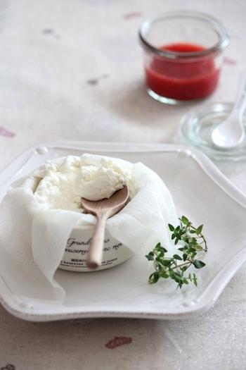 名前の通り、ヨーグルトから水分(乳清=ホエー)を抜いたヨーグルトのこと。水分を抜いたことでクリームチーズのような固さになり、また味わいも際立つことからお菓子やお料理まで幅広く利用できます。