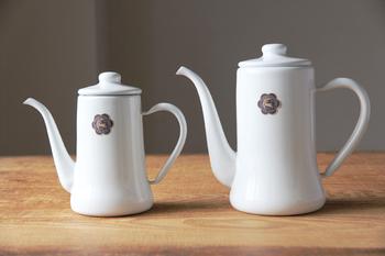 ほんのりレトロでどこか愛らしいコーヒー用ポット。発売から30年以上経った今も、衰えない人気を誇るロングセラーアイテムです。0.7Lと1.2Lの2サイズから、お好みのものをどうぞ。