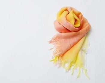 友禅染めの手法で使用される染料で染め、手描きで色を入れたcocoikiさんのシルクストール。絹100%は冬あたたかく、夏は吸水と乾燥にすぐれ日焼け防止としても効果があると言われています。華やかな色で顔色もあかるく♪