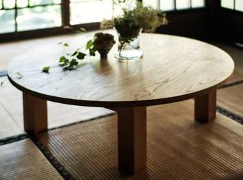 落ち着くと言えば、やっぱりちゃぶ台!熊本産の栗材を使って家具職人が作った机、オイルで手入れしてどんどん自分色に。