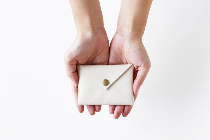 封筒のようなデザインが可愛い、牛革のカードケースです。小物を入れるポーチの代わりとしても使えるので、用途にこだわらず贈れます。