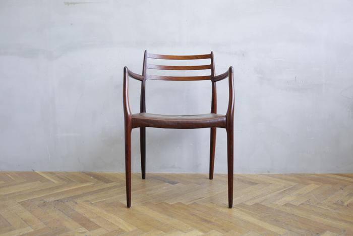 椅子はお部屋作りのポイントになります。丸い曲線のフォルム、素朴な風合いの木製チェア、鉄製の錆びれ感のあるものやシャビーな塗装が施されているものなど。フレンチカントリー調のお部屋にはかかせないアイテムです。