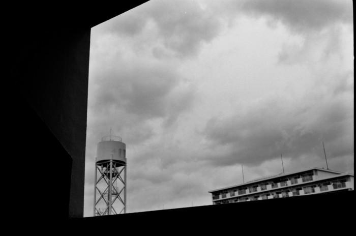 どこにでもある給水塔とアパートですが、Leicaで切り取ることで、アート作品に。まるで何十年も前の写真のような雰囲気ですね。(LeicaM4)