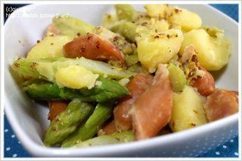 ホクホクのポテト、シャキシャキのアスパラ、プリプリのウインナーなど、食感が楽しめるサラダです。夕食の付け合せや弁当にもおすすめです◎