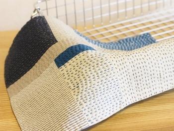 綿や麻、様々な表情、色の布をつなぎ合わせ、刺し子を刺繍。花を活けたときのしきものに、かごバックの目隠し、ティーマットなど、自由な使い方の出来る布です。