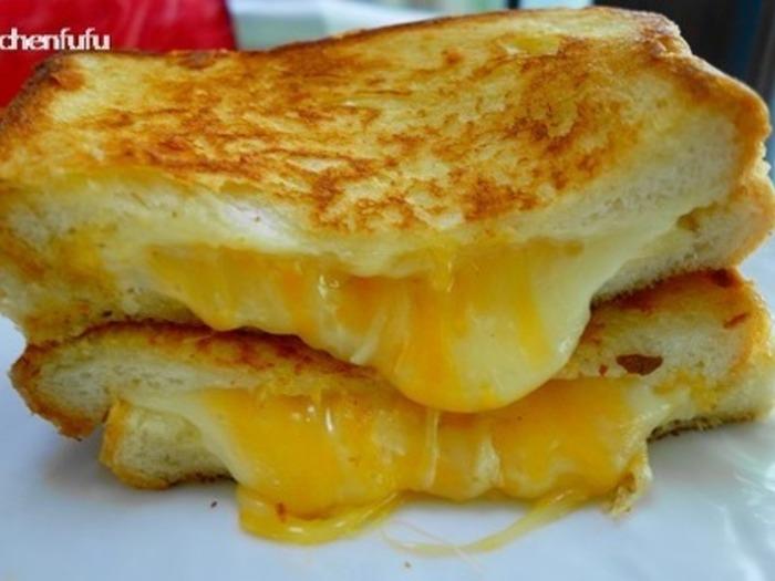 ホットサンドメーカーがなくても、フライパンでこんがり焼いたあと電子レンジで加熱すると、トロトロのチーズが溢れ出るホットサンドが作れますよ♪