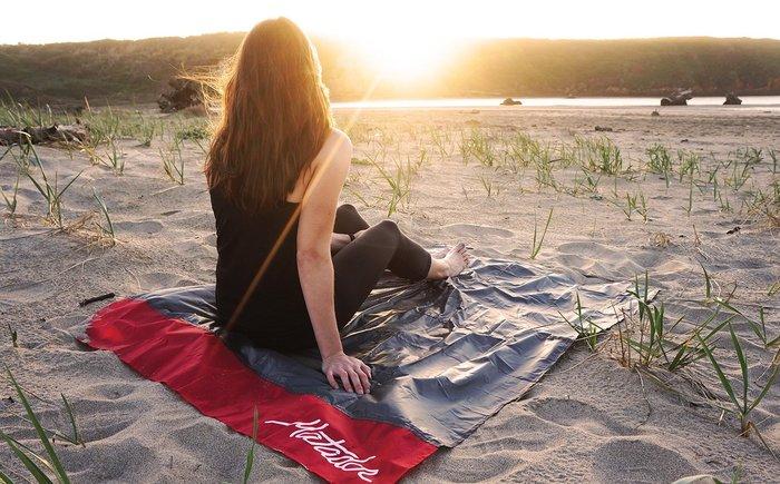レジャーシートは様々な素材があります。使うシーンや季節などを考えながら、素材を選びたいものです。例えばビーチで使うなら、やはり防水タイプのシートがおすすめ◎子供がいる方やお手入れの楽さを重視する場合は、撥水タイプのシートがいいでしょう。素材にもこだわりながらレジャーシートを選んでみてくださいね。