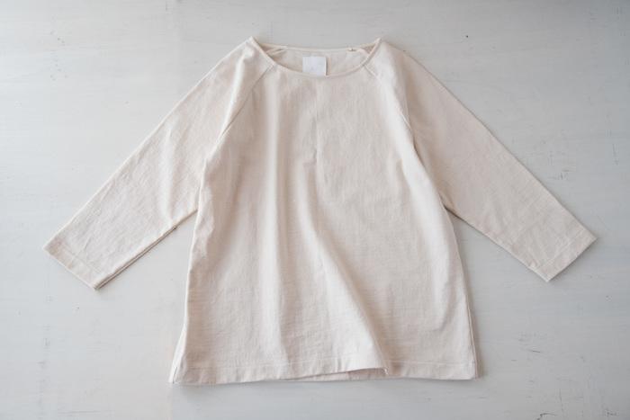 """パンと日用品のお店「わざわざ」オリジナルのTシャツです。""""パン屋が着ても大丈夫""""をコンセプトに、丈夫で長持ち、そしてどんな体型にも似合うという、徹底したこだわりが詰まっています。"""