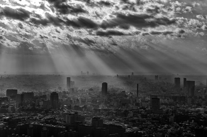 雲間から差し込む光がとても美しい一枚。モノクロで撮影されているため、陰影のコントラストが強調。中世の絵画のように神秘的な作品に仕上がっています。(LeicaM)