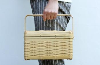 小物を入れておく収納用として、お出かけの際のバッグとして、色々な使い方ができて便利ですね。マダケを編んだ、橘編組(タチバナヘンソ)さんの蓋付きかごです。