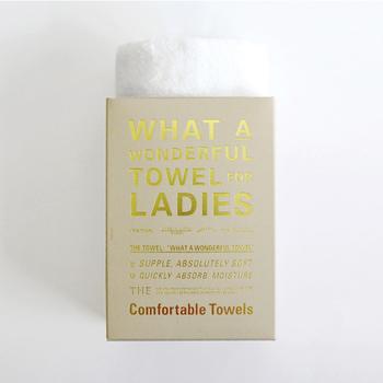 洋書のようなパッケージの中身は、ピュアホワイトのフェイスタオル。世の中の定番づくりを目指す「THE」が、女性のための心地よさを追求し、シンプルな中にこだわりをふんだんに盛り込みました。