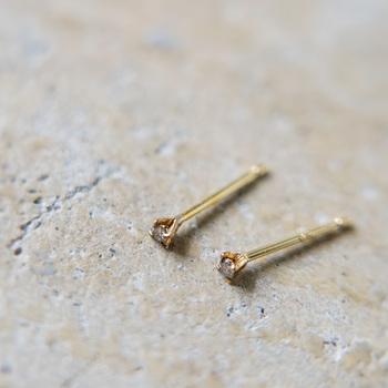 4本爪で留めたホワイトダイヤモンドの1粒ピアス。 小粒ながらも強く輝き、存在感があります。