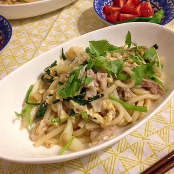 タイ料理の定番、パッタイをうどんでアレンジ♪味の決め手はナンプラーとオイスターソース、そしてピーナッツとパクチー。野菜もたっぷり摂れて、手軽に作れる嬉しい一品です。
