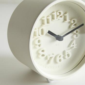 日本を代表するプロダクトデザイナー渡辺力さんが、1970年にデザインした時計です。独特の書体が格好よくも懐かしい雰囲気。立体文字から美しい影が落ち、シャープな存在感をはなちます。
