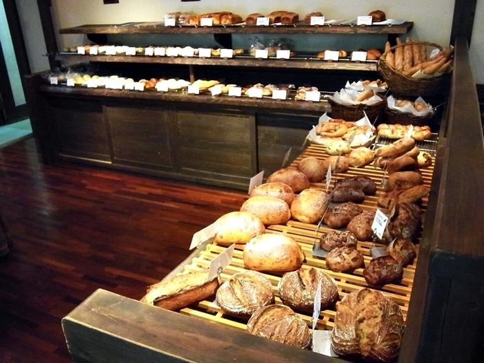 ハード系のパンや総菜パンなど、種類も豊富なパンたちはテイクアウトもできるので、ふらりと立ち寄っても楽しむことが出来ますよ。