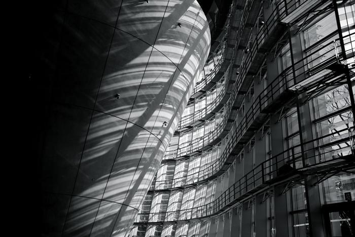 新国立美術館の独特のラインを、美しい陰影でとらえた一枚。(Leica M240)