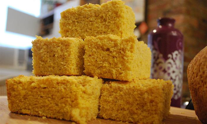 「コーンブレッド」は、トウモロコシの粉を使って焼いたパン。アメリカでは食事と合わせて日常的に食べられている家庭の味です。 特にサンクスギビングの時期には七面鳥と一緒に食され、アメリカの文化に馴染んでいる食べ物です。