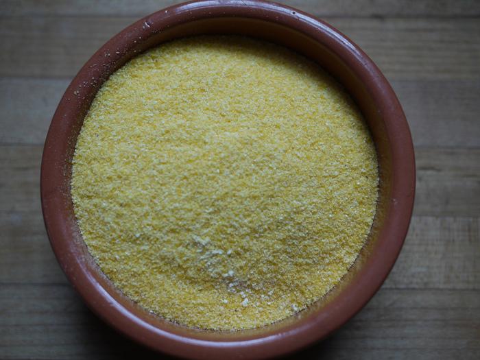 「コーンブレッド」の主原料はトウモロコシの粉。粒子の大きさによってコーングリッツやコーンミール、コーンフラワーと名前が変わります。