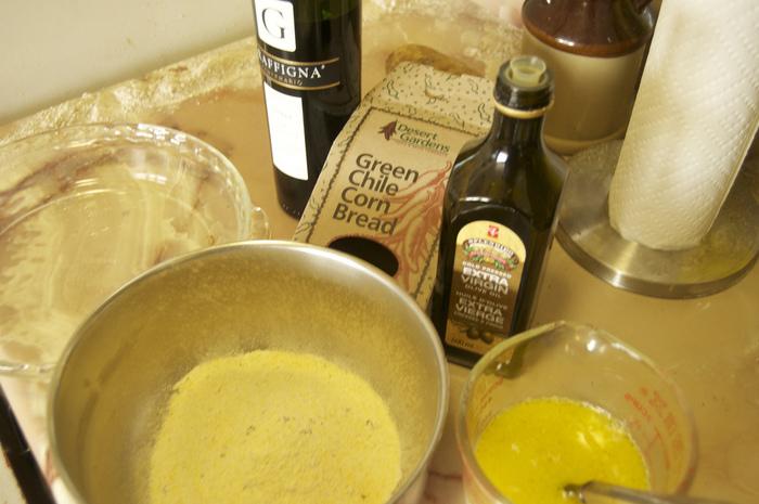 代表的なコーンブレッドの材料は、トウモロコシの粉、バター、卵、砂糖、牛乳など。  通常パンを焼くときに必要な発酵過程はコーンブレッドでは必要ないので、初心者でも簡単に挑戦できますね。