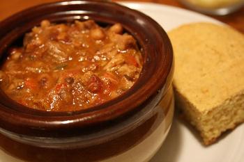 アメリカ南部の定番料理・チリビーンズとの相性も抜群。もちろんランチにもおすすめです。