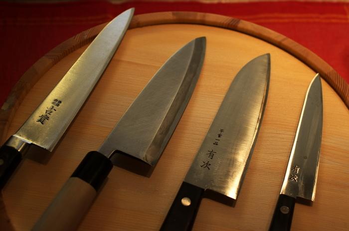 元々は刀鍛冶。その後、変遷があり包丁など刃物全般などを作るようになった京都の老舗。 とにかく丁寧な仕事ぶりで450年以上も刃物を作ってきた有次。 現在は外国人のお客様が20%を占めており、名前は広く知られているようです。