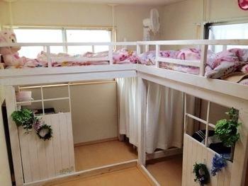 お家の事情でお子様それぞれに個室がつくれない場合に参考にしてほしいテクニック。ベッドの下に窓をイメージした仕切りで区切ればきちんと個人スペースも確保できます。