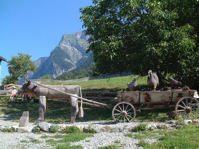 雄大なアルプス山脈を背景に、木で作られた荷車、アヒル、ニワトリ、ウシなどの家畜が並んでいる様子は、まさにハイジの世界そのものです。