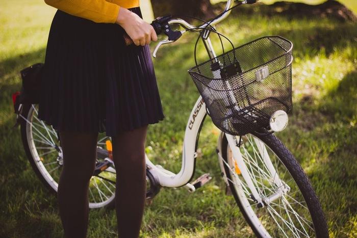 一方、こちらの画像のようにトップチューブが低い自転車なら、乗降時に股下に余裕があり、跨る時に足を高く上げないで済みます。前またぎがしやすく乗りやすいので、スカートの時にはトップチューブの低い自転車がおすすめですよ☆