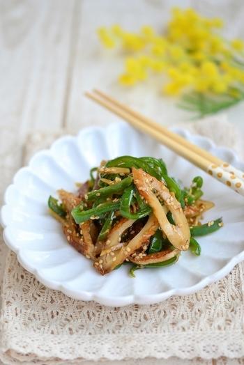 ちくわもお弁当によく使われる食材ですよね。甘辛い生姜炒めはごはんが進みます。  ゴマを絡ませれば食感もプチプチと楽しいおかずに♪ ピーマンが苦手なお子さまには、にんじんやごぼうなどに替えても良いですね。