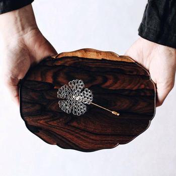 作家もののアイテムも扱っています。こちらは土屋琴さんのbloom pin brooch。透けるような繊細な植物のラインを見事に作り上げています。
