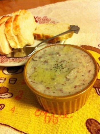 前菜にもソースやドレッシングにもなる中東料理「フムス(ペースト状のマッシュビーンズ)」。豆とゴマのペーストに、レモンシロップで酸味をプラスして。