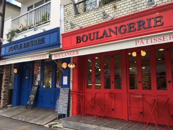 京王八王子駅から徒歩約10分ほど。ビビッドな赤と青の扉が目に入ってきます。以前はもっと小さいお店だったそうですが、2014年に現在の場所に移転して、広いお店になりました。