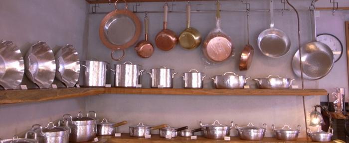 京都七条にある、三十三間堂の西側にお店を構える鍛金工房・『WESTSIDE33』。 代表の職人、寺地さんの作りだす「真鍮」、「銅」、「アルミ製品」の魅力ある世界の工房です。  行平鍋や卵焼き器を初め、様々な調理用具やテーブルウェアを作り出しているWESTSIDE33。いずれも美しいフォルムの鍛金が特徴です。