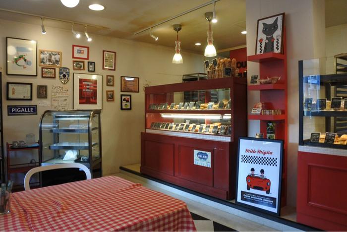カフェも併設された広めの店内。パンはショーケースの中にぎっしりと並んでいます。