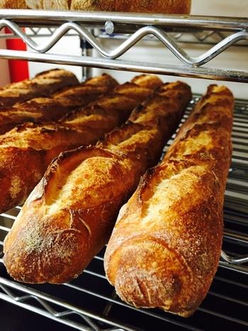 """""""日本の菓子パンからライ麦100%のドイツパンまで、ヨーロッパの伝統的な製法で""""作っているそう。商品によって国産小麦と外国産小麦を使い分けるなど、素材選びにもこだわりが。バゲットやフリュイ、リュスティックなどハード系のパンも種類がたくさん。"""