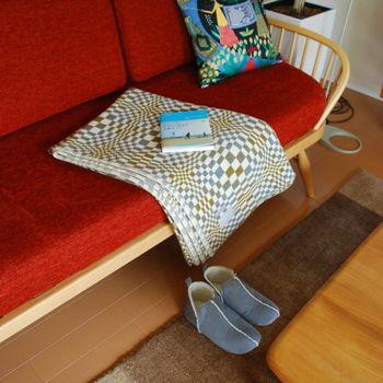 冷房が効きすぎていたり、足もとだけ寒い時などにおすすめなブランケット。読書中に手に届くところにあると便利なアイテムなんです。