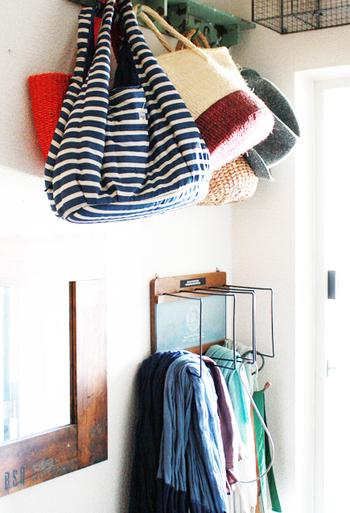 出かける時に必要なものを玄関にかけておけると便利!ドアのホワイト×ブラックの色調に合わせたフックで、玄関に統一感が出ておしゃれ。