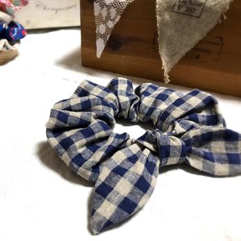 長方形の布きれが余っていたら、まずは簡単なシュシュに挑戦!中にゴムを通して細長の袋縫いにし、円が出来るように縛るだけ!両端を先細りに作ればウサ耳のようなシュシュになりますよ!