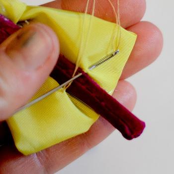 細めのカチューシャにリボンを縫っていきます。このとき表から縫い目が見えないように注意しましょう。