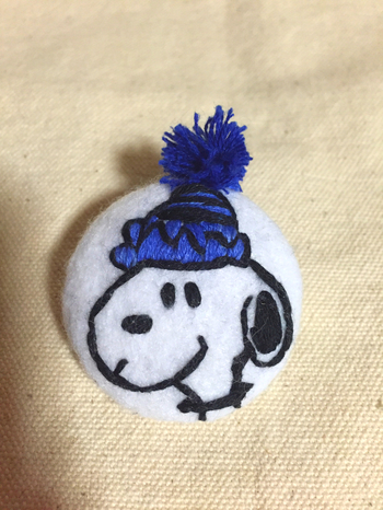 フェルト生地をそのまま使うのもいいですが、刺繍をするとこんなに素敵なゴムに。ニット帽のポンポンが可愛すぎる!