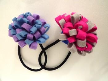 長方形のフェルトを2つ折りにして作るあじさいのようなフェルトゴム。ポニーテールのときにつけるとふんわりとした花がポイントになって可愛いですよ♪