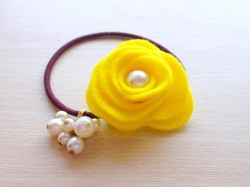 花のヘアゴムの中でもバラはエレガントさがあります。バラの中心とゴムにパールをつけて上品に仕上げて。