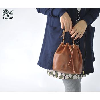 丸みのある巾着型のこちらのバッグは、ハンドルとショルダーストラップが取り外しできる2way仕様です。 巾着型なので口が広く開いて荷物の出し入れがしやすいですよ。