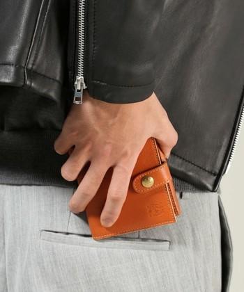 2つ折り財布はコンパクトなのに程よい収納力があります。 質の良いレザーは柔軟性があり、小銭を入れても、ダメージが出にくく長く愛用できますね。
