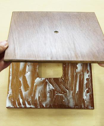 ウエスに塗料を染み込ませて色を塗り、乾いたら2枚の板を接着剤でくっつけます。