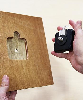 2枚が接着し、よく乾いたら先ほどくり抜いた箇所にムーブメントをスパナを使用して取り付けます。